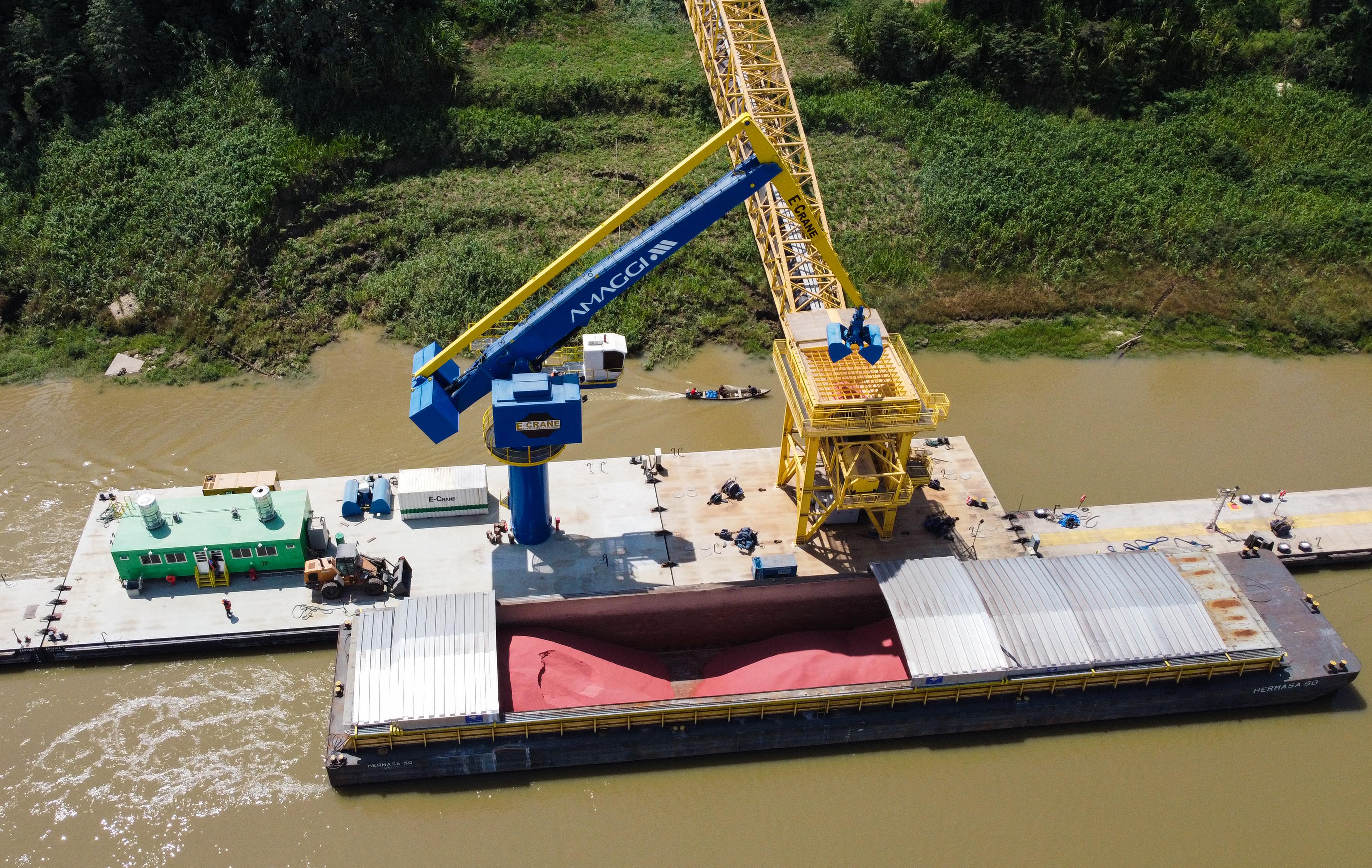Carga de fertilizantes sendo retirada pela balsa-guindaste do interior de uma barcaça no complexo de Portochuelo, Porto Velho (RO)