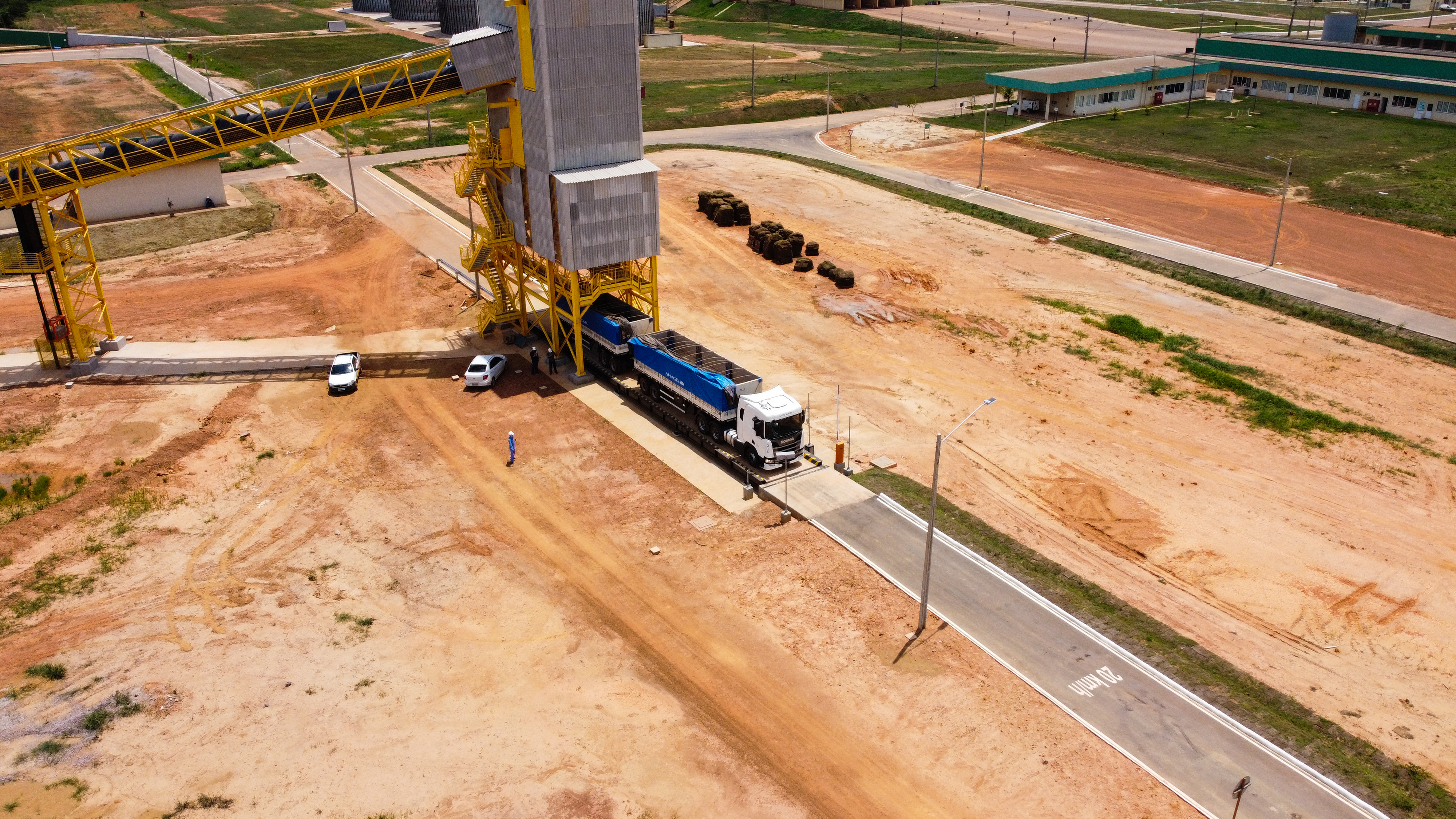 Carregamento de caminhão com fertilizantes no complexo de Portochuelo, Porto Velho (RO)